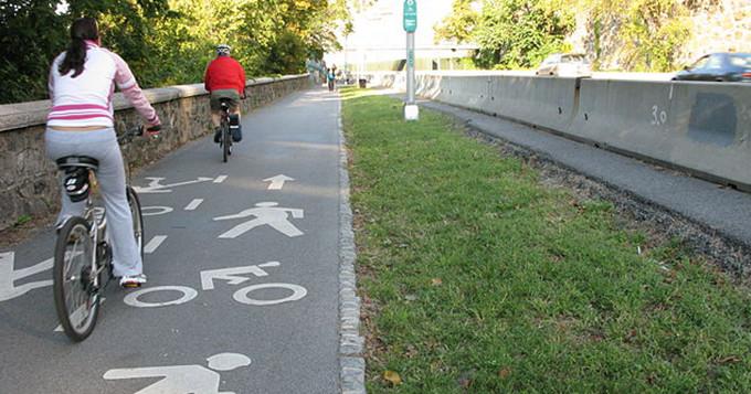 People cycling. Credit: Wikimedia participant/team Equipe C'est N'est Pas Une Pipe